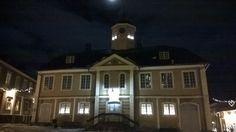 Vanha raatihuone ja kuu