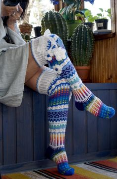 Hand made crocheted knee-high socks 😍 Knit Mittens, Crochet Slippers, Knitting Socks, Knit Crochet, Crochet Hats, Thigh High Leggings, Slouch Socks, Knitting Stiches, Fashion Tights