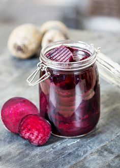 Naše řepa v pikantním nálevu se nedá s tou ze školní jídelny vůbec srovnávat!; Mona Martinů Red Vegetables, Veggies, Vegetarian Recipes, Cooking Recipes, Home Canning, Beetroot, Chutney, Beets, Preserves