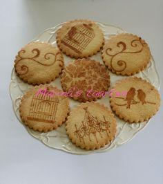 koekjes gestencild met kaneel voor het bakken