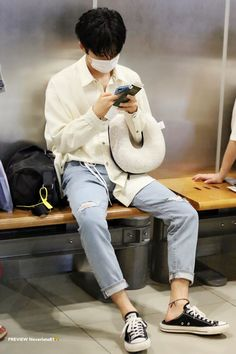 Kim Hanbin Ikon, Chanwoo Ikon, Ikon Leader, Exo Red Velvet, Boys Long Hairstyles, Boyfriend Pictures, Boy Photography Poses, Airport Style, Airport Fashion