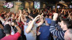 Hinchadas de fútbol LGBT o gay sports bars son iniciativas que aglomeran a gran cantidad de aficionados LGBT que viven con pasión el deporte.