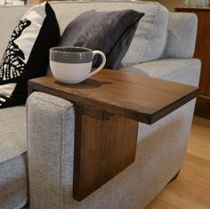 Arm Rest Table, Sofa Arm Table, Woodworking Furniture, Woodworking Projects Plans, Woodworking Videos, Fine Woodworking, Small Furniture, Living Furniture, Carpentry And Joinery