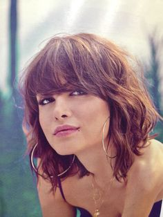 Idée Tendance Coupe & Coiffure Femme 2018 : Description Short hair cut with waves and textureshoulder-length bob haircut with long bangs, waves and textureNot this short, tho Short Wavy HaircutsC'è aria di shag cut ❤️Hair for Phoebe - lots of natu Medium Hair Styles, Curly Hair Styles, Hair Medium, Bangs Wavy Hair, Growing Out Short Hair Styles, Shoulder Length Hair Bangs, Lob Haircut With Bangs, Waves Haircut, Brown Lob Hair