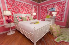 OH MY. Lilly room. Perfect for a single gal, but not so much for a married couple with puppies. :) However, I LOVE this room!!!!