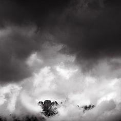 La brume enveloppe les aiguilles du massif de la Bavella, en Corse, France © Clément Racineux ---  Mist envelops the mountains of the Bavella, Corsica, France © Clément Racineux