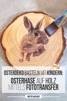 Dieses Jahr gibt es bei uns vor der Tür jede Menge Osterhasen. Eine ganze Horde Osterhasen baumeln fröhlich an unserer Haustüre. Sie sind ganz einfach und kinderleicht und mit einfachen Mitteln selbst herzustellen: Holz-Osterhasen mittels Fototransfer. Ist auch eine feine österliche Geschenkidee für Oma & Opa, die man prima auch mit der Post versenden kann. Anleitung: #osterdeko #osterhase #holz #bastelnmitkindern #osternmitkindern Ostergeschenk Diy, Foto Transfer, Diy Furniture Hacks, Egg Hunt, Easter Bunny, Alice In Wonderland, Party Themes, Diy And Crafts, Rabbit