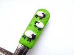 Lžička s ovečkami II. Clay Ideas, Clay Art, Spoon, Jars, Polymer Clay, Spoons, Ideas, Miniatures, Bijoux