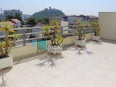 Apartamento T3 Duplex recente, localizado junto ao Castelo de Leiria, Estádio e Centro Hospitalar São Francisco. Ultimo andar c/ elevador, tem 2 terraços de cobertura a nascente e poente que ligam toda a zona social do apartamento e no piso inferior temos três quartos todos com varanda. Preço de ocasião, não deixe de visitar.