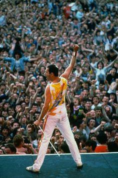Freddie Mercury (Queen) live at Wembley, London, 1986 Stevie Wonder, Freddie Mercuri, Freedy Mercury, Elvis Presley, God Save The Queen, Rainha Do Rock, Queens Wallpaper, Roger Taylor, Queen Photos