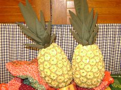 abacaxis feito com fuxicos e pintado a mão.