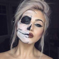 mujer rubia con la mitad de la cara pintada de esqueleto