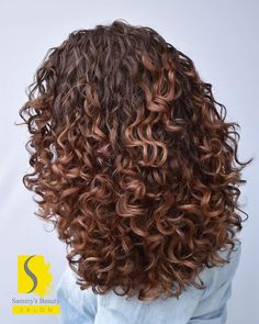 Sometimes changing up your look and hair color can be a good thing. Going from light to dark, or the reverse can easily put a whole new spin on your l. curly hair 20 Short Hair Color Ideas for A Change-Up in 2020 Dyed Curly Hair, Curly Hair Styles, Colored Curly Hair, Short Curly Hair, Natural Hair Styles, Brown Curly Hair, Medium Curly, Curly Hair Cuts, Curly Girl