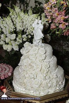 Você sabia que bolos com três andares dão um ar romântico e tradicional ao casamento? Esse tipo de bolo ainda é o queridinho entre os noivos.  www.noivinhostopodebolo.com