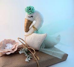 Nós da Colo somos inspirados pelo encanto do Ballet! Levados pelo movimento da dança e por sua beleza, criamos nossa Cisne Bailarina. > Linda e delicada, cada detalhe deste boneca foi desenhado e pensado para ser um presente perfeito e transmitir carinho para os pequenos. > Feita em algodão...