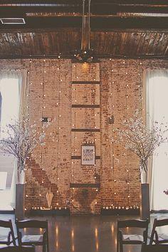 Decoración del altar o lugar de la ceremonia con unos jarrones altos con flores de cerezo o de algodón. (Boho Weddings)