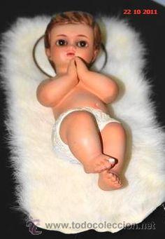 La figura del niño Jesus en el cabezal de la cama