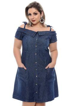 Vestido confeccionado em jeans no estilo ciganinha com alça, manga curta com fechamento por botões. Confira e compre em 4x sem juros.