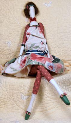 Muñeca Tilda hecha por mí.  Este nombre de muñeca Lola, ella es de los lejanos años 20, coches antiguos amores y el jazz.  -Materiales: Cordón de algodón, lino, cuero de imitación, ropa, resultados de bronce, pelusas sintéticas  100% antialergik  Muñecas altura 47 cm \ 18.5 pulgadas  Hecho con amor :)  -Mis muñecas no son impermeables, por lo que recomiendo para evitar el contacto directo con agua. -Puede haber ligera diferencia en detalle de la imagen han consultado, cada pieza es única…