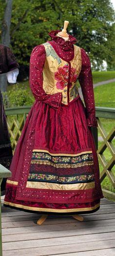 Et eventyr i farger og stoffer - Hjemmet European Dress, Beautiful Outfits, Beautiful Clothes, Get Dressed, Victorian, Costumes, Folklore, Amazing, Inspiration