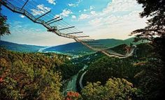 """Skybridge, Rusia  En la ciudad de Sochi, en Rusia, puedes encontrar uno de los puentes colgantes más impresionantes del mundo, el Skybridge. El puente se extiende a lo largo de un kilómetro sobre el bonito valle de Krasnaya Polyana y, además de ofrecer unas vistas de infarto, cuenta con estructuras preparadas para hacer actividades tan """"tranquilas"""" como el puenting desde 69 y 207 metros de altura o una tirolina que alcanza los 70 kilómetros por hora."""