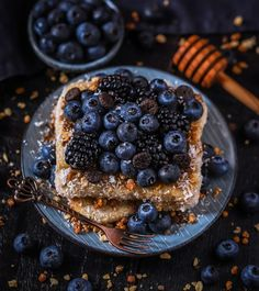 Vegan Banana Coconut French Toasts with Agave Syrup, Blueberries, Blackberries & Granola ⭐ Coconut French Toast, French Toast Bake, Low Carb Vegan Breakfast, Banana Coconut, Coconut Oil, Yummy Food, Tasty, Aesthetic Food, Cheesecake Recipes