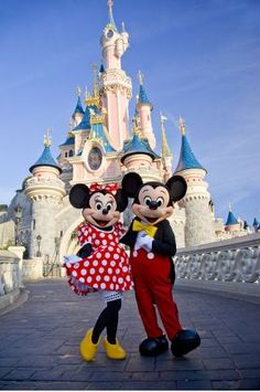 Travel direct to Disneyland Paris in hassle free, with Eurostar. Book your Disneyland Paris holidays and experience the magic today! Disney Day, Cute Disney, Disney Magic, Disney Mickey, Minnie Mouse Disneyland, Disneyland Paris, Disney Parque, Image Couple, Disney World Pictures