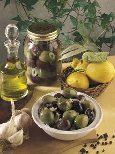 Close-Up of Olives with Garlic and a Bottle of Olive Oil Lámina fotográfica por P. Martini en AllPosters.es