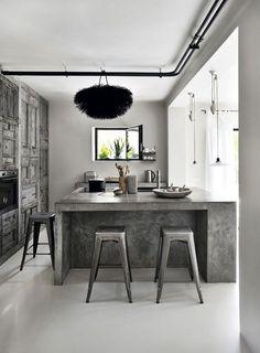 Après des études de stylisme à ESMOD, Amélie Vigneron a choisi de s'installer à Aix en Provence où elle a aménagé cette maison dans un style brut et épuré. A raw house in Aix en Provence After studyin