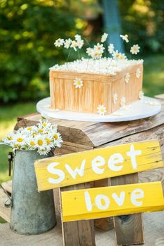 Rustic daisies wedding cake and sweet love sign/ http://www.deerpearlflowers.com/ideas-for-rustic-outdoor-wedding/2/