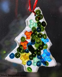 Christmas Crafts for Kids! Simple Christmas tree suncatchers or ornaments kids can make! Using only simple materials like glue and beads!  #christmascrafts #kidsactivities #christmascraftsforkids