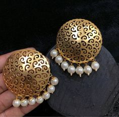 Indian Jewelry Earrings, Indian Jewelry Sets, Fancy Jewellery, Jewelry Design Earrings, Gold Earrings Designs, Gold Jewellery Design, Ear Jewelry, Pakistani Bridal Jewelry, Bollywood Jewelry