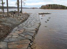 Jättikokoisista, paksuista levyistä tehty kulkuväylä Tahkovuorella. Kivien pinnoissa vaihtelevat luonnolliset ruskean ja tumman sävyt. Etualan isot kivet ovat noin kaksi metriä pitkiä ja suurin piirtein ruokapöydän kokoisia. Kivien paksuus vaihtelee välillä 5 - 15 cm.