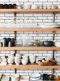This five-stories West Village home belongs to New York cooking school, Haven's Kitchen founder, Alison Cayne. Open Kitchen, Kitchen Dining, Kitchen Decor, Kitchen Shelves, Kitchen Display, West Village, Havens Kitchen, New York Townhouse, Cuisines Design