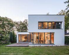 Bauhaus bei Blankenese : moderne Häuser von HGK Hamburger Grundstückskontor Bauhaus Style, Bauhaus Design, Casas Containers, Facade House, House Facades, Modern House Design, Exterior Design, Future House, Architecture Design