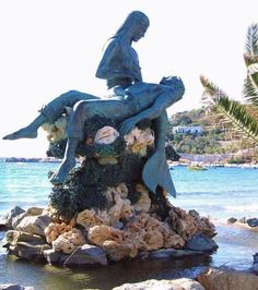 Mermaid Statue in Greece. Mermaids were often depicted as saving sailors from the sea. Here this is beautiful portrayed and makes one ponder whether this scene was actually a picture in reality.Thank you,Greece! Real Mermaids, Mermaids And Mermen, Mythical Creatures, Sea Creatures, Gravure Photo, Mermaid Art, Mermaid Statue, Mermaid Beach, Photo Animaliere