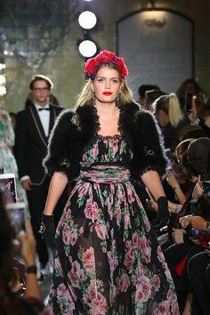 La nièce de la princesse Diana, Kitty Spencer, frappe la piste Dolce & Gabbana avec une robe de soirée longue florale