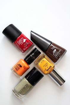 """Pick your favourite autumn colour! Nail polish test: """"Organic Mould"""" by Manhattan, """"My Sunshine"""" by NYX Girls, """"It's Rambo No. 5″ by Catrice, """"Strange Orange"""" by Bonnie Strange for Manhattan and """"Rock n Roll"""" by Kate Moss for Rimmel London."""