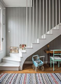 Perinteitä kunnioittaen remontoitu koti on kuin pala mennyttä maailmaa Hall Interior Design, Interior Decorating, Cottage Stairs, White Staircase, Staircase Makeover, Hallway Designs, Hamptons House, Retro Home, Home Renovation