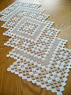 Este hermoso tapetito hecho a mano está hecha de hilo de algodón blanco, tamaño 10. Este tapete elegante se verá hermoso en cualquier mesa o puede ser utilizado para fines decorativos. También hará un gran regalo para alguien especial. Puedo hacer este tapete en cualquier color de