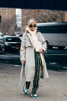 accessories street style New York Fashion Week Day 7 New York Fashion Week Street Style, Autumn Street Style, Cool Street Fashion, Street Chic, Fall Winter Outfits, Autumn Winter Fashion, Winter Style, World Of Fashion, Fashion News