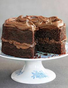 Easiest ever chocolate fudge cake - This chocolate fudge cake recipe is super easy and quick to make so it is perfect for when you need to bake a last minute simple yet decadent cake for a special occasion. Easy Chocolate Fudge Cake, Chocolate Sponge Cake, Homemade Chocolate, Chocolate Recipes, Chocolate Chocolate, Decadent Chocolate, Easy Fudge, Easy Cake Recipes, Baking Recipes