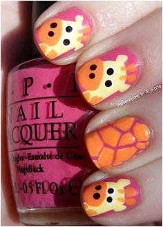 Uñas en rosa adornadas con diseños de jirafas en amarillo y naranja - Uñas Pasión