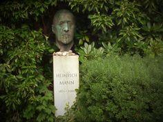 """""""An der Sprache erkennt man das Regime."""" Heinrich Mann, Todestag 11.3.1950  Das Grab von Heinrich Mann auf dem Dorotheenstädtischen Friedhof in Berlin."""
