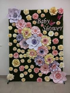 Flores de papel @dugorche  Panel de #pastosintético tapizado con flores de papel en tonos lila, rosa, amarillo y beige. #backdropfloral #photoboot