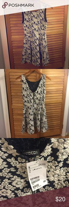 H&M flower dress Black and white flower dress with a zipper in the back ( possibly a dark navy blue color but I can't tell 😅). It is 32 inches from shoulder to bottom. Size 4. Never been worn with the tags still on. H&M Dresses Mini
