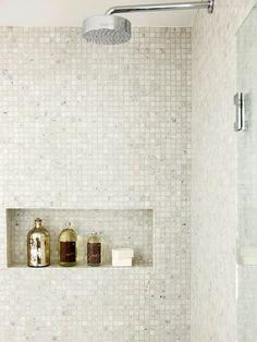 Moderne brusekabine - med mosaikfliser og skøn indbygget hylde