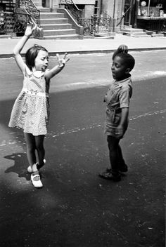 """Dos chicos bailando"" (1940). Obra de Helen Levitt (1913-2009).  ""Two kids dancing"" (1940). Work by Helen Levitt (1913-2009)."