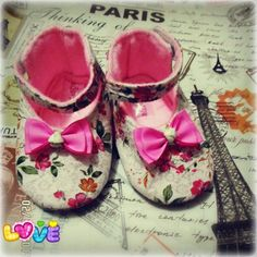 Pink bow prewalker baby shoes.