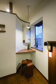 沢山の自然光が入るベッドサイドのパウダーコーナー。|インテリア|おしゃれ|自然素材|飾り棚|リフォーム・リノベーション|